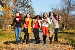 Gelukkige mooie meisjes in het park Royalty-vrije Stock Afbeelding