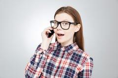 Gelukkige mooie tiener die op mobiele telefoon spreken Royalty-vrije Stock Afbeeldingen
