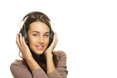 Gelukkige mooie vrouw die aan muziek luistert stock afbeelding
