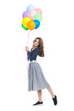 Gelukkige mooie vrouw die kleurrijke die ballons houden op whit worden geïsoleerd Royalty-vrije Stock Afbeeldingen