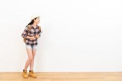 Gelukkige mooie vrouw die zich op houten vloer bevinden Royalty-vrije Stock Foto's
