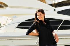 Gelukkige mooie vrouw in jachtclub stock foto