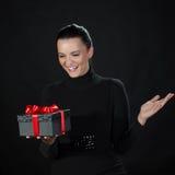 Gelukkige mooie vrouw met een zwarte giftdoos Royalty-vrije Stock Afbeeldingen