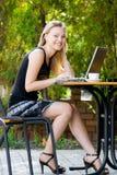 Gelukkige mooie wijze in koffie met laptop royalty-vrije stock afbeelding