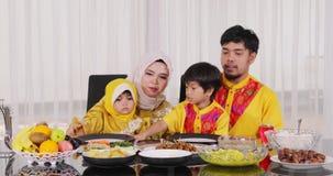 Gelukkige moslimfamilie die diner hebben samen stock footage