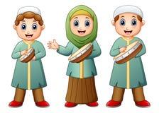 Gelukkige Moslimjong geitjebeeldverhaal het spelen tamboerijn royalty-vrije illustratie