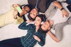 Gelukkige multiraciale vrienden die selfie nemen stock afbeelding