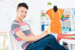 Gelukkige naaister op het werk Stock Foto's