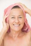 Gelukkige naakte rijpe vrouw met handdoek Royalty-vrije Stock Afbeeldingen
