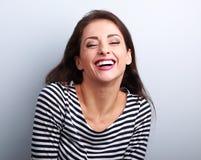 Gelukkige natuurlijke toothy lachende toevallige vrouw met brede open mond stock afbeelding