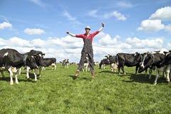 Gelukkige Nederlandse landbouwer met zijn koeien Royalty-vrije Stock Afbeeldingen