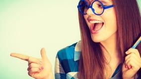 Gelukkige nerdy vrouw die in glazen pen houden Stock Afbeeldingen