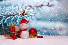Gelukkige Nieuwe het Jaarachtergrond van 2018 met Sneeuwman en Kerstmisgiften Royalty-vrije Stock Fotografie
