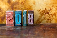 gelukkige nieuwe het jaarprentbriefkaar van 2018 De kleurrijke vakantie van de het symboolwinter van letterzetselcijfers Creatiev Stock Afbeelding