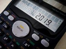 gelukkige nieuwe jaar 2019 wensen op wetenschappelijke calculator stock fotografie
