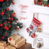 Gelukkige nieuwe jaarkaart De mooie verfraaide ruimte met Kerstboom en stelt onder het voor De vakantiethema van de winter Royalty-vrije Stock Foto