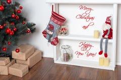 Gelukkige nieuwe jaarkaart De mooie verfraaide ruimte met Kerstboom en stelt onder het voor De vakantiethema van de winter Royalty-vrije Stock Afbeeldingen