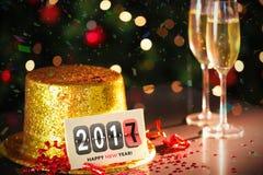 Gelukkige nieuwe jaarkaart die op gouden partijhoed leunen Stock Afbeelding