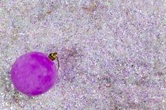 Gelukkige nieuwe jaarkaart 2018 Nieuwjaar` s bal op briljante sneeuw Stock Fotografie