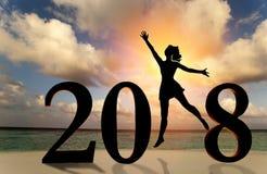 Gelukkige nieuwe jaarkaart 2018 Silhouet van jonge vrouw op de strandtribune als deel van het Nummer 2018 teken met zonsondergang Royalty-vrije Stock Afbeeldingen