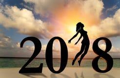 Gelukkige nieuwe jaarkaart 2018 Silhouet van jonge vrouw op de strandtribune als deel van het Nummer 2018 teken met zonsondergang Royalty-vrije Stock Afbeelding