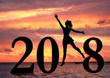 Gelukkige nieuwe jaarkaart 2018 Silhouet van jonge vrouw op het strand als deel van het Nummer 2018 teken Stock Afbeeldingen
