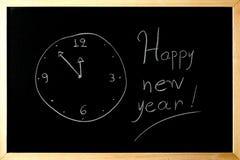 Gelukkige nieuwe jaarklok op een bord Stock Foto's