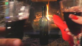 Gelukkige nieuwe jaartijd in warm huis in de wintertijd met wijn stock video