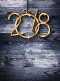 2018 Gelukkige Nieuwjaar seizoengebonden achtergrond met echte houten groene pijnboom Stock Fotografie