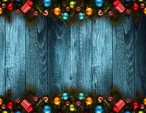 2017 Gelukkige Nieuwjaar seizoengebonden achtergrond met echte houten groene pijnboom, kleurrijke Kerstmissnuisterijen, gift boxe Royalty-vrije Stock Afbeeldingen