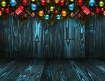 2017 Gelukkige Nieuwjaar seizoengebonden achtergrond met echte houten groene pijnboom, kleurrijke Kerstmissnuisterijen, gift boxe Royalty-vrije Stock Fotografie
