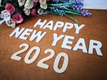 Gelukkige Nieuwjaar 2020 wensen met een uitstekende rozenachtergrond stock afbeeldingen