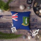 Gelukkige Nieuwjaarmarkering met Britse Maagdelijke Eilandenvlag op hoofdkussen Het concept van de Kerstmisdecoratie op houten li stock afbeelding