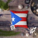 Gelukkige Nieuwjaarmarkering met de vlag van Puerto Rico op hoofdkussen Het concept van de Kerstmisdecoratie op houten lijst met  stock afbeeldingen
