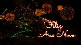 Gelukkige Nieuwjaartekst in Portugees 'Feliz Ano Novo' over pijnboomboom en vuurwerk stock afbeeldingen