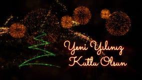 Gelukkige Nieuwjaartekst in Turks 'Yeni Yiliniz Kutlu Olsun' over pijnboomboom en vuurwerk stock foto's