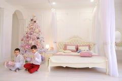 Gelukkige ochtend na het nieuwe jaar en openen van vakantiegiften door chi royalty-vrije stock afbeelding