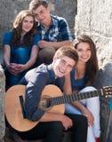 Gelukkige ogenblikken: groep Jonge mensen in openlucht Stock Foto's