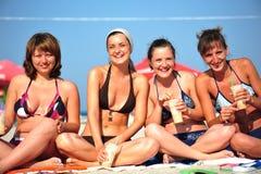 Gelukkige ogenblikken tussen meisjes bij het strand Stock Foto