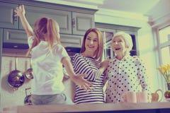 Gelukkige oma die haar grappige kleindochter bekijkt royalty-vrije stock foto