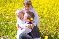 gelukkige omhelzing Stock Foto's