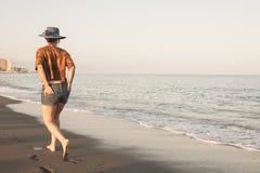 Gelukkige Onbezorgde Vrouw die van Mooie Zonsondergang op het Strand genieten stock afbeeldingen