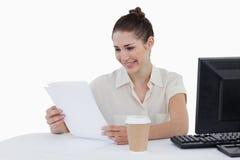 Gelukkige onderneemster die een document kijkt Stock Afbeelding
