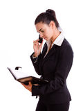 Gelukkige onderneemster die geïsoleerdee telefoon uitnodigt Stock Foto's