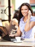 Gelukkige onderneemster die op telefoon spreken stock fotografie
