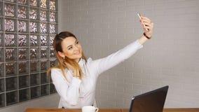 Gelukkige onderneemster die selfie foto in bureau maken stock video