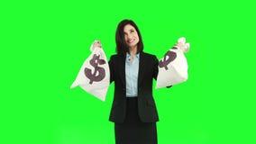 Gelukkige onderneemster die zakken geld tonen stock video