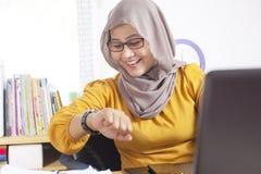 Gelukkige Onderneemster Looking bij Haar Horloge, Tijd naar huis te gaan royalty-vrije stock foto's