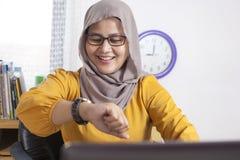 Gelukkige Onderneemster Looking bij Haar Horloge, Tijd naar huis te gaan royalty-vrije stock afbeeldingen