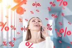 Gelukkige onderneemster op telefoon, percenten, bureau stock afbeeldingen